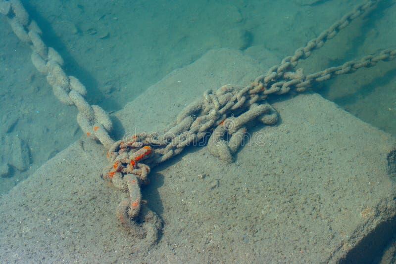 Cadena de ancla subacuática en el mar fotos de archivo