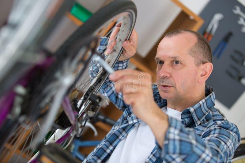 Cadena de la creación del mecánico en la bicicleta en taller fotografía de archivo libre de regalías
