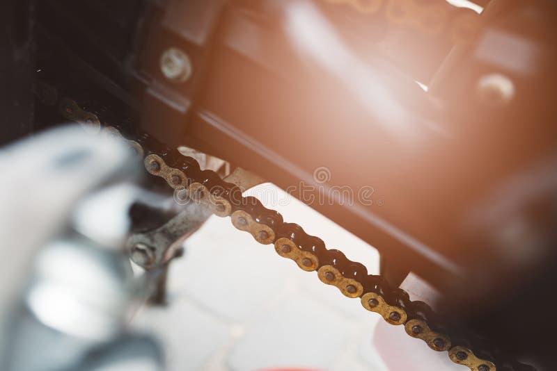 Cadena de la motocicleta de la limpieza foto de archivo libre de regalías
