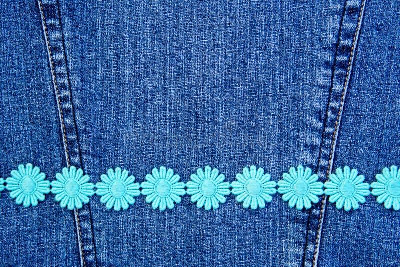 Cadena de margaritas en el dril de algodón fotos de archivo
