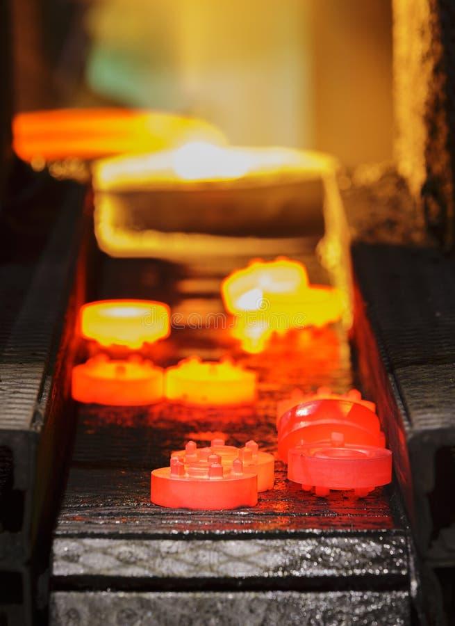 Cadena de producción caliente del engranaje de la forja imagenes de archivo