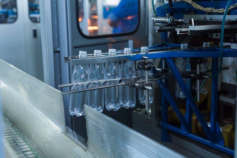 Cadena de producción del agua de la bebida en industria foto de archivo