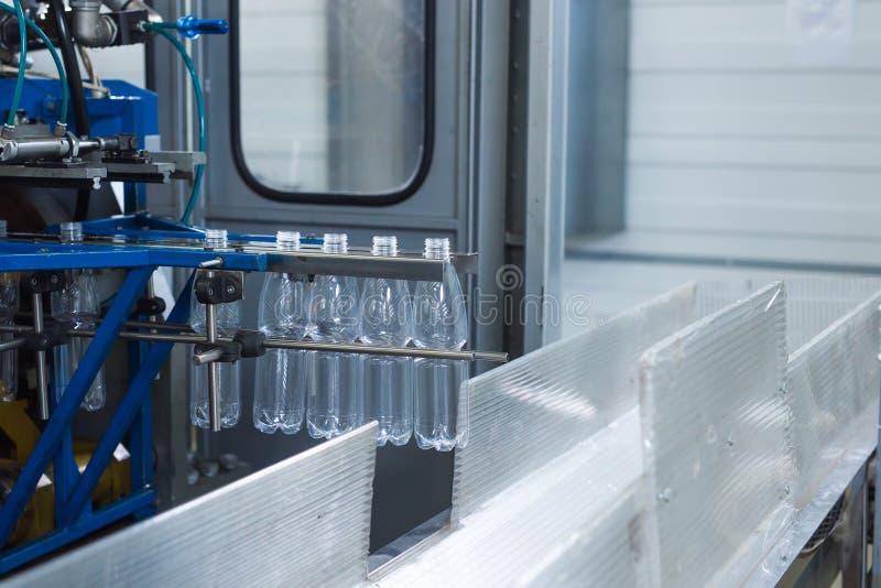 Cadena de producción del agua de la bebida en industria fotografía de archivo