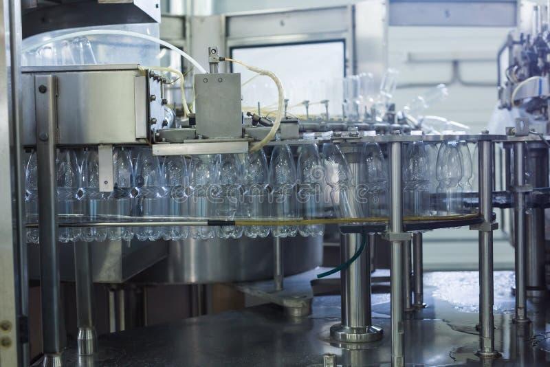 Cadena de producción del agua de la bebida en industria fotos de archivo libres de regalías