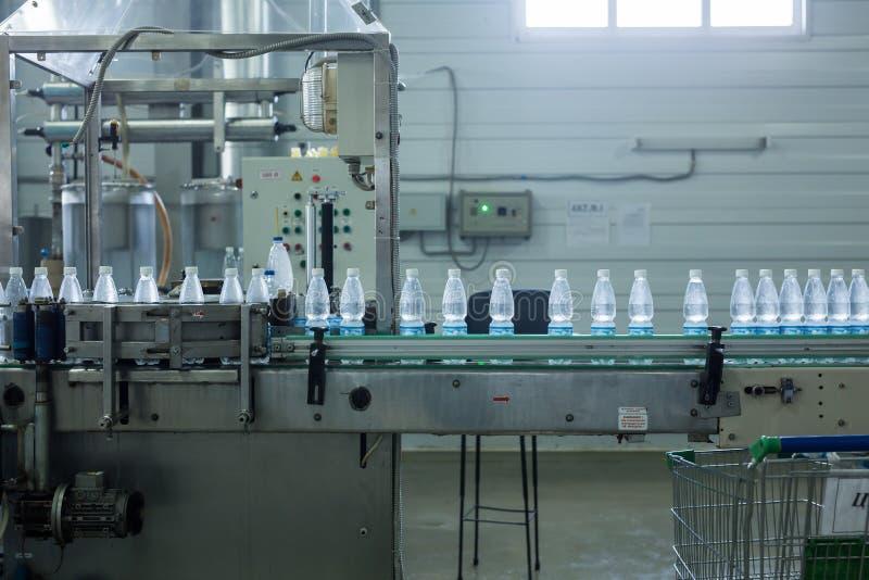 Cadena de producción del agua de la bebida en industria fotos de archivo