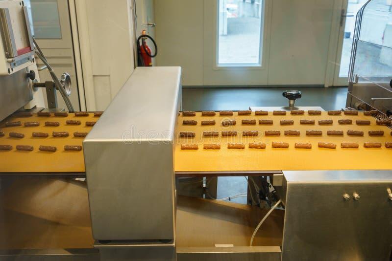 Cadena de producción del chocolate en fábrica industrial fotos de archivo
