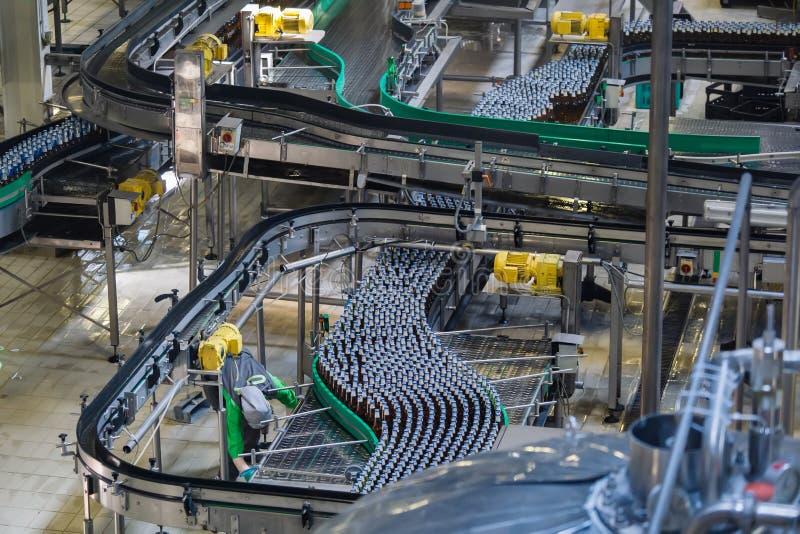 Cadena de producción embotelladoa automatizada de trabajo moderna de la cerveza fotos de archivo