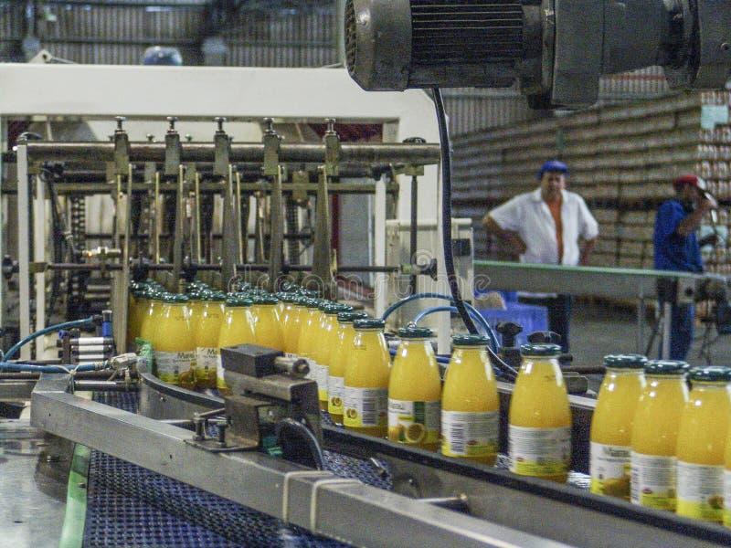 Cadena de producción de jugos foto de archivo libre de regalías
