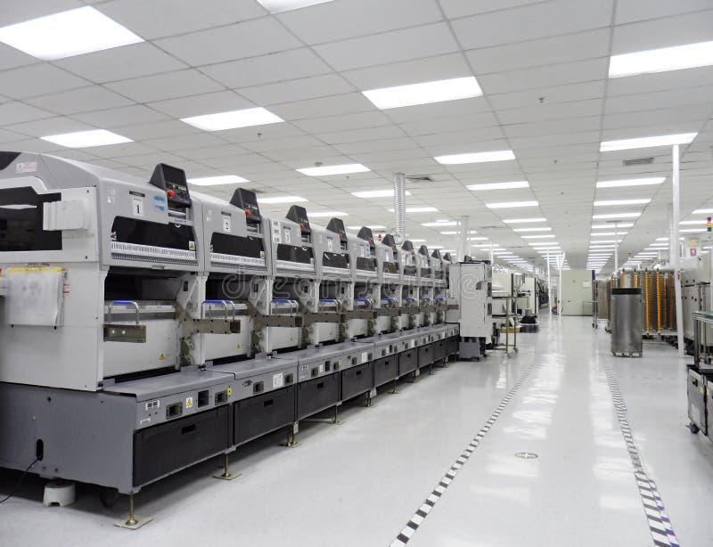 Cadena de producción limpiada en industrial electrónico fotos de archivo
