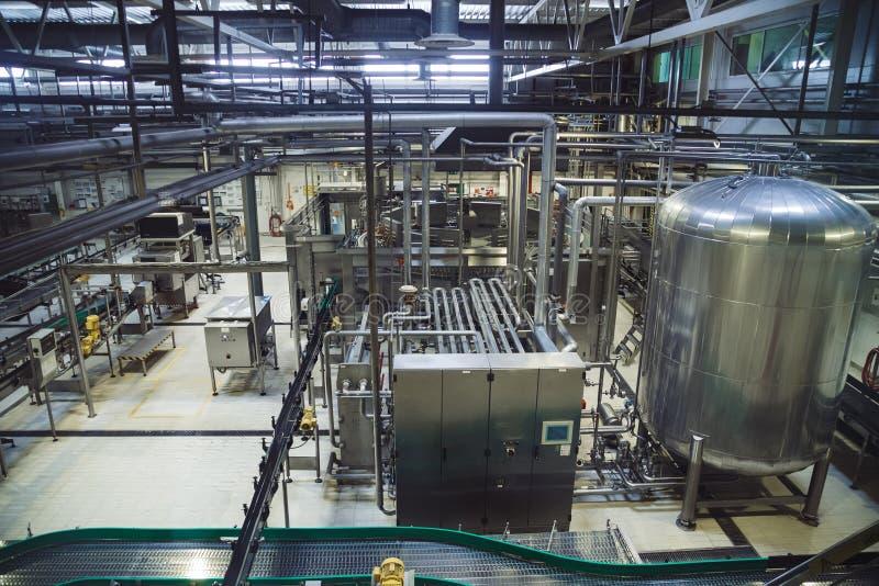 Cadena de producción moderna de la cervecería Cuba grande para la fermentación y maduración de la cerveza, tuberías y sistema de  fotografía de archivo libre de regalías