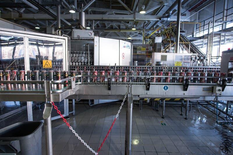 Cadena de producción para el embotellamiento de la cerveza imagen de archivo libre de regalías