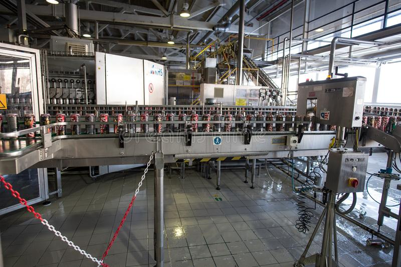 Cadena de producción para el embotellamiento de la cerveza fotos de archivo libres de regalías