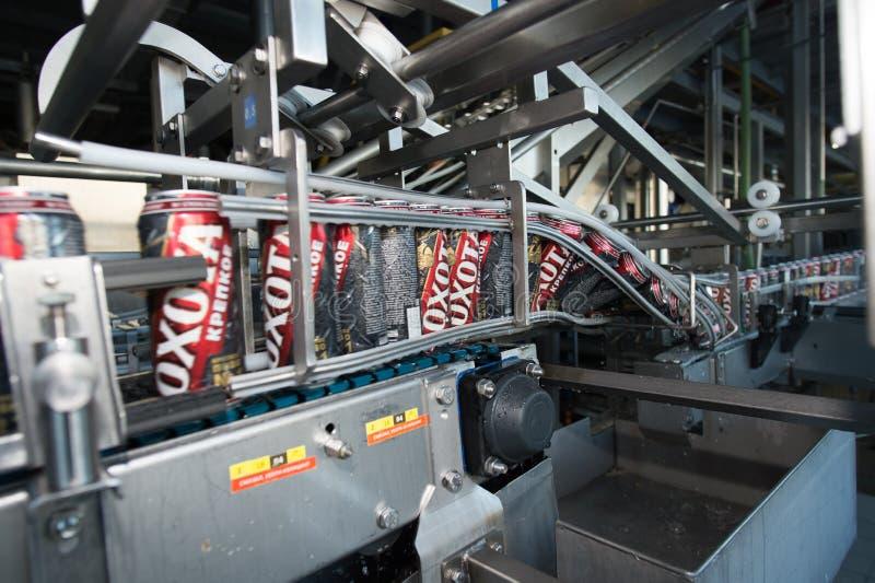 Cadena de producción para el embotellamiento de la cerveza fotografía de archivo