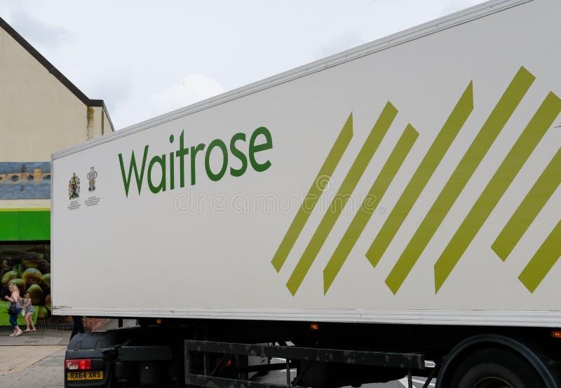 Cadena de supermercados bien conocida, británica, mostrando uno de sus camiones de reparto foto de archivo