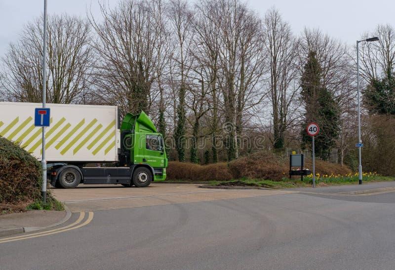 Cadena de supermercados bien conocida, británica que muestra uno de sus camiones de reparto en la parte posterior de un carpark d fotos de archivo