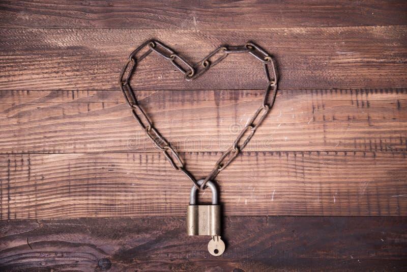 Cadena del corazón de la tarjeta del día de San Valentín con llave imagen de archivo