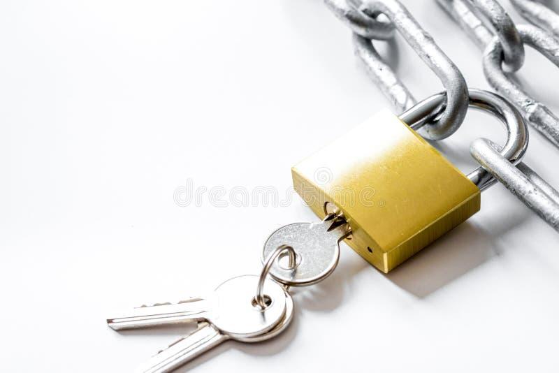 Cadena del metal de la protección de datos del concepto en el fondo blanco fotos de archivo