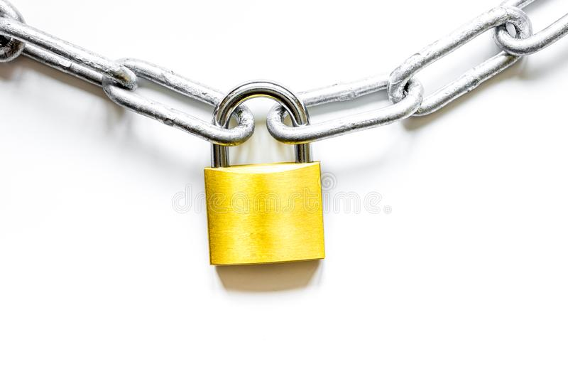 Cadena del metal de la protección de datos del concepto en el fondo blanco imagenes de archivo