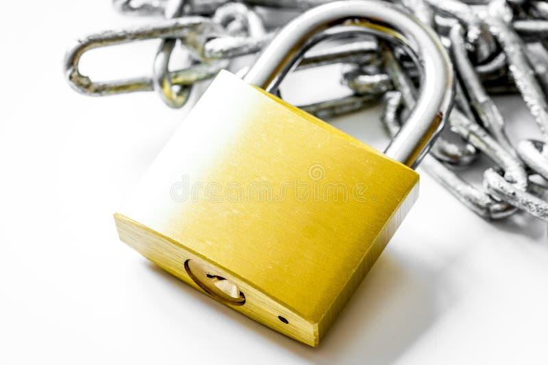 Cadena del metal de la protección de datos del concepto en el fondo blanco imagen de archivo libre de regalías