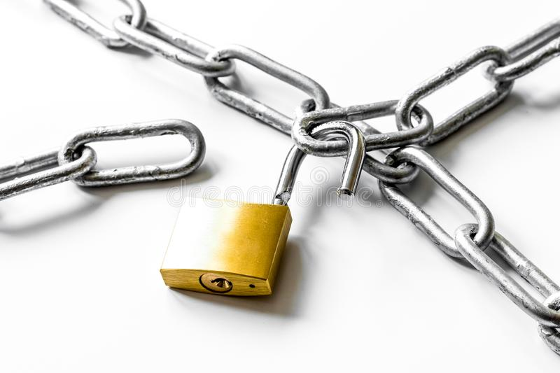 Cadena del metal de la protección de datos del concepto en el fondo blanco imagen de archivo
