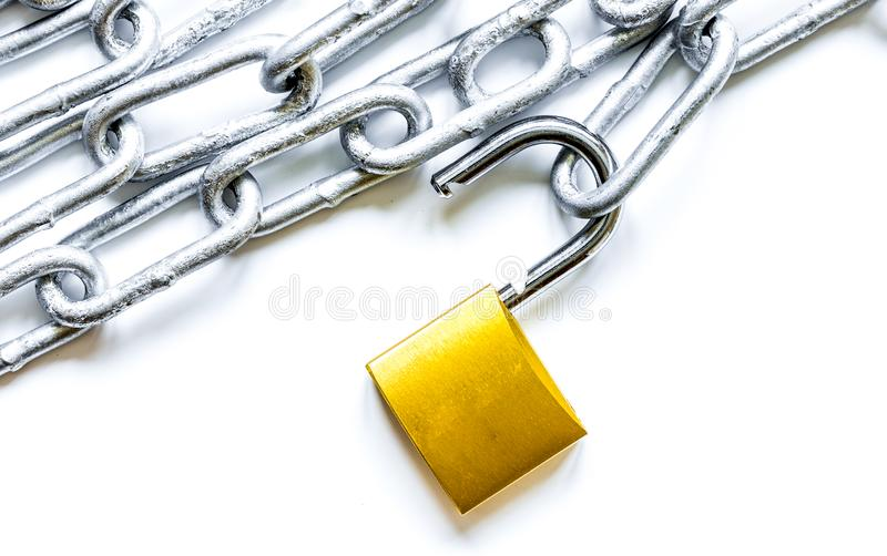 Cadena del metal de la protección de datos del concepto en el fondo blanco foto de archivo libre de regalías
