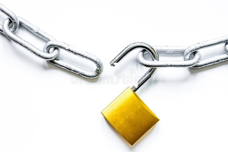 Cadena del metal de la protección de datos del concepto en el fondo blanco foto de archivo