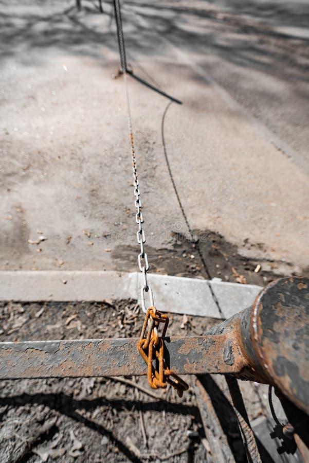 Cadena oxidada atada a la cerca fotos de archivo