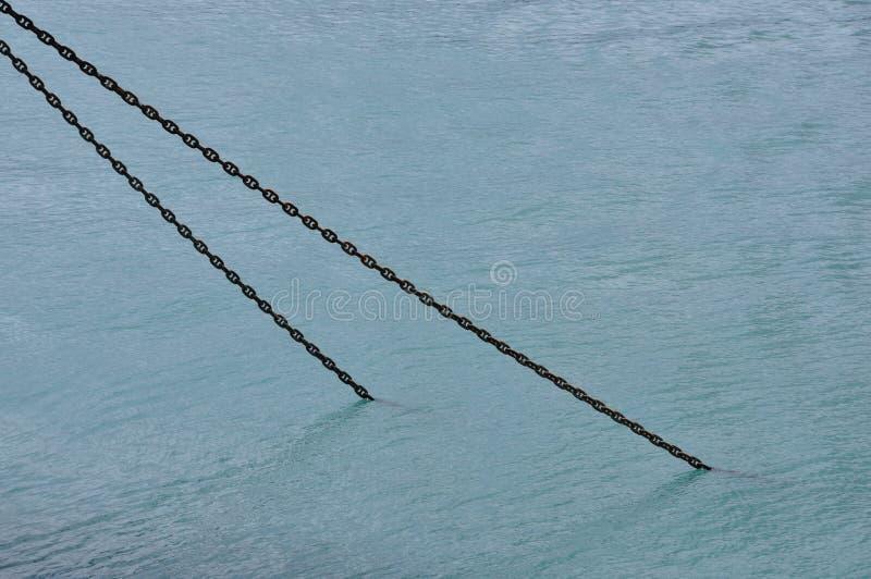 Cadena oxidada de la nave sumergida en agua de mar fotografía de archivo