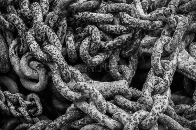 Cadena vieja de la pila en cadenas rústicas del detalle blanco y negro del vintage fotos de archivo libres de regalías