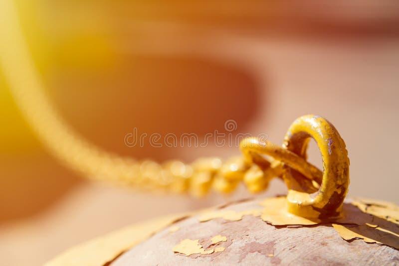 Cadena vieja del metal debajo del sol como fondo imagen de archivo