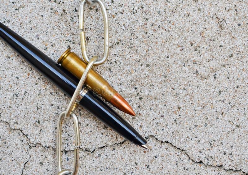 Cadena y bala de la pluma fotos de archivo