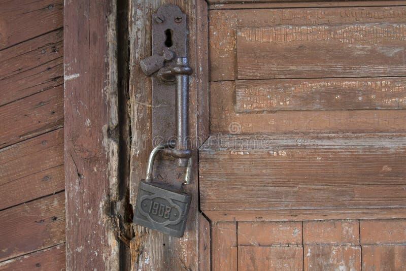Cadenas antique entaillé sur la vieille porte image stock
