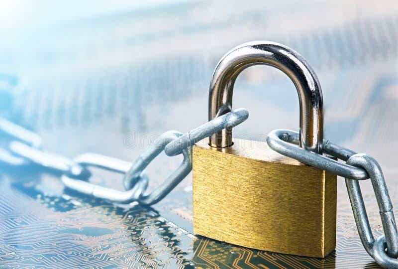 Cadenas avec la chaîne sur la carte électronique électronique informatique, protection d'Internet, sécurité d'ordinateur Sécurité photo libre de droits