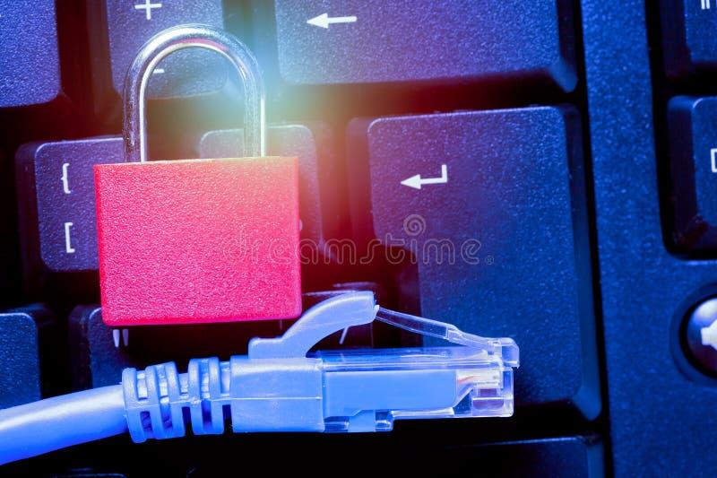 Cadenas avec la fin de câble de réseau Ethernet sur le clavier d'ordinateur Concept de protection des données de confidentialité  photo stock
