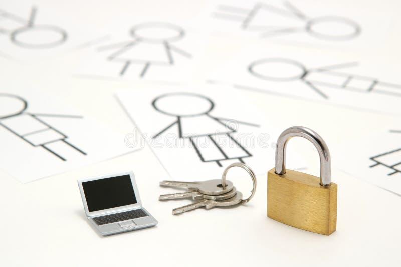 Cadenas, clés, ordinateur portable miniature et beaucoup de personnes sur le fond blanc photos libres de droits