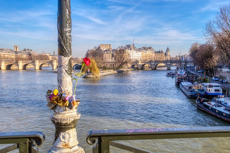 Cadenas d'amour sur Pont des Arts la Saint-Valentin - Paris photos stock