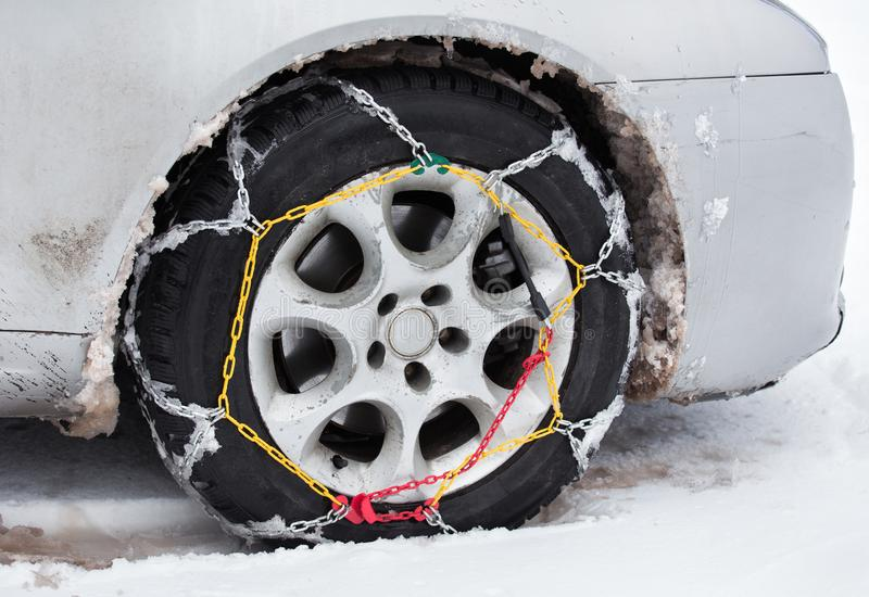 Cadenas de neumático en el coche en nieve imágenes de archivo libres de regalías