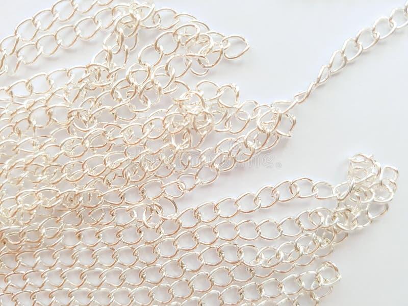 Cadenas de plata en un fondo blanco imagenes de archivo