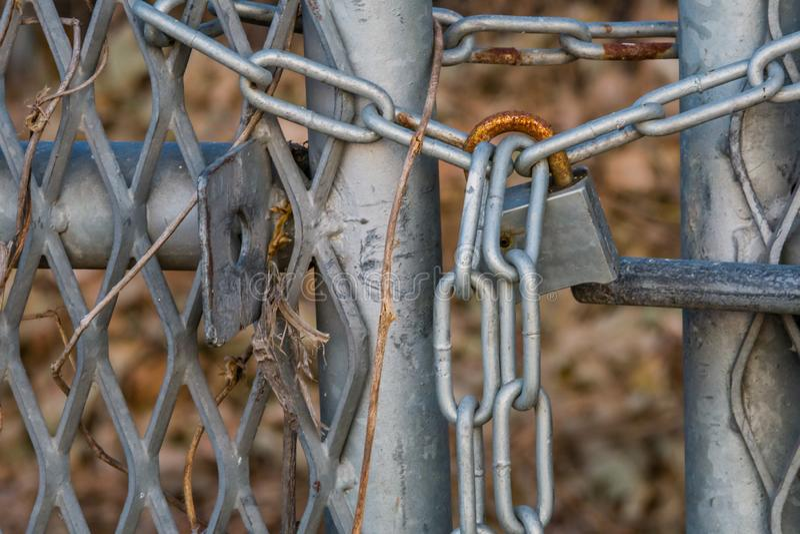 Cadenas de rouillement sur la porte de la barrière de maillon de chaîne image stock