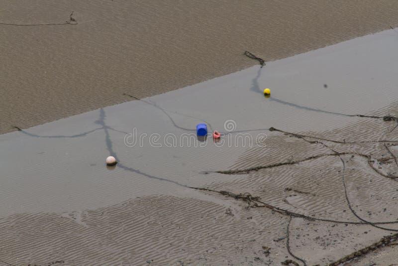 Download Cadenas Del Amarre, Cuerdas Y Boyas, Playa Durante La Bajamar Imagen de archivo - Imagen de pescados, arena: 42433415