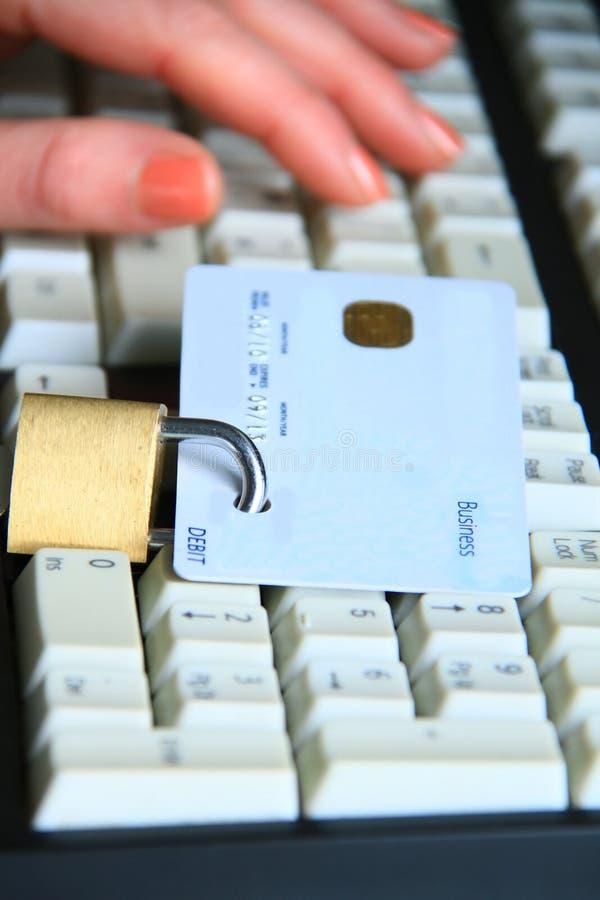 Cadenas et 2 par la carte de crédit image libre de droits
