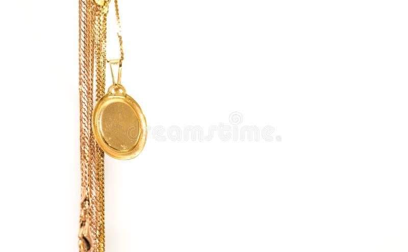 Cadenas reales colgantes del oro con la medalla vacía aislada en blanco fotografía de archivo