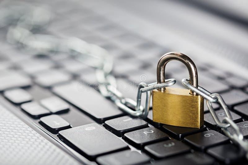 Cadenas sur le clavier d'ordinateur Sécurité de réseau, protection des données et PC de protection d'antivirus photo stock