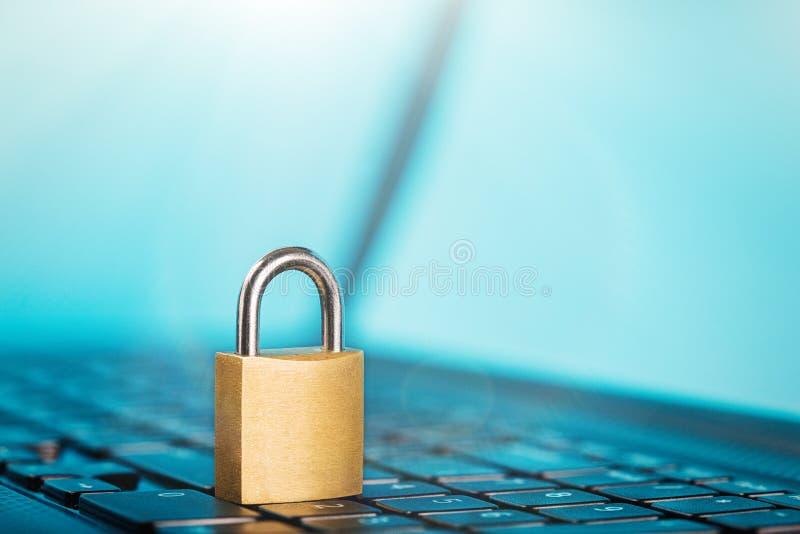Cadenas sur le clavier d'ordinateur Sécurité de réseau, protection des données et PC de protection d'antivirus photos stock