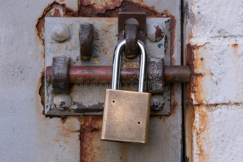 Cadenas sur Rusty Bolted Door photos libres de droits