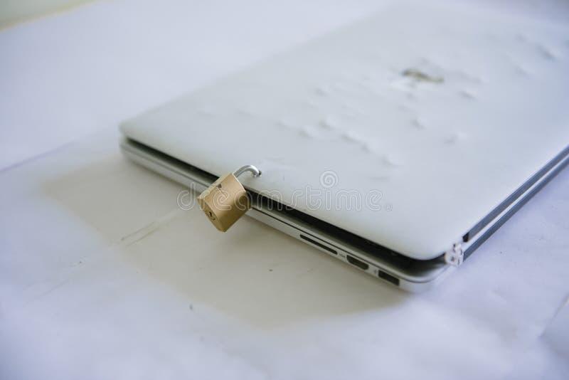 Cadenas sur un ordinateur portatif Protection des donn?es personnelles sur un ordinateur photographie stock libre de droits
