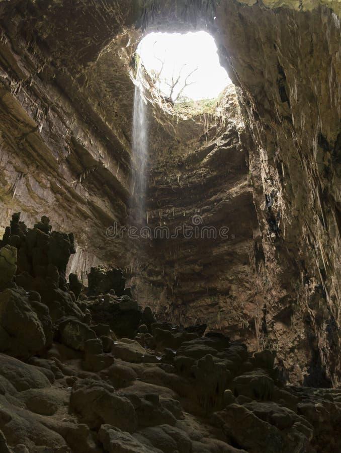 Cadendo in una caverna immagini stock libere da diritti