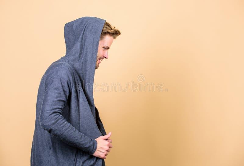 Cadera y elegante Copie el espacio hombre en chaqueta con capucha de moda mirada perfecta del hombre muscular Moda y belleza masc foto de archivo