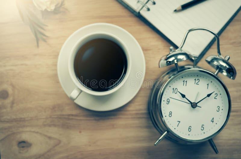 Caderno aberto do café preto com lápis e antiquado obscuros fotografia de stock