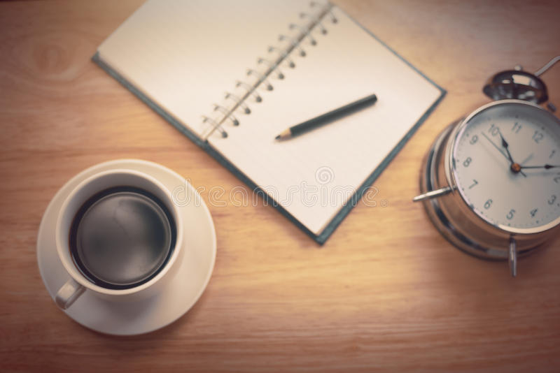 Caderno aberto do café preto com lápis e antiquado obscuros imagens de stock
